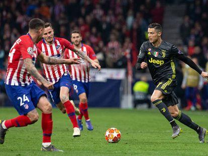 Cristiano Ronaldo intenta superar a Giménez y Saúl.