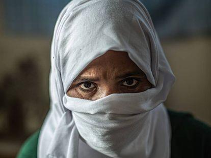 Retrato de Drissiya, exjornalera marroquí, que sufrió un ictus mientras trabajaba en los campos de fresas de Huelva.