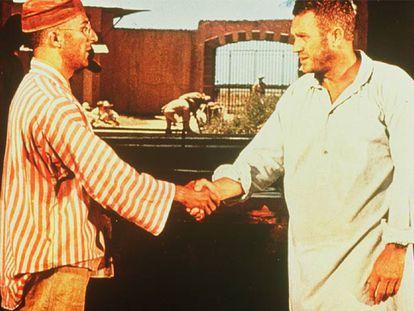 Dustin Hoffman, a la izquierda, y Steve McQueen, en una escena de la película <i>Papillon,</i> dirigida por Franklin J. Schaffner.
