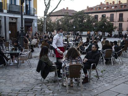 Ambiente en terrazas del centro de Madrid, el 13 de febrero.