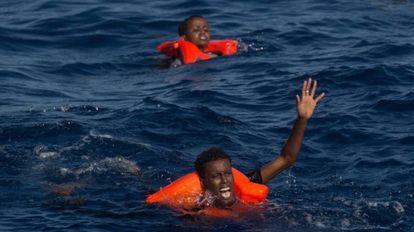 Dos náufragos subsaharianos piden auxilio tras zozobrar su embarcación cerca de la costa de Libia.