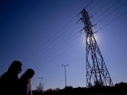 Poste de un tendido eléctrico en las inmediaciones de Tablada en Sevilla.