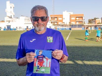 Manuel Batalla, primer entrenador de Gavi en prebenjamines, posa con una foto del azulgrana en Los Palacios.