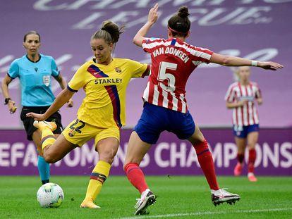 Lieke Martens golpea el balón en los cuartos de final contra el Atlético.