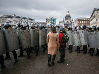 Un grupo de antidisturbios bloque el paso a unos manifestantes en apoyo a Alexéi Navalni, el pasado 31 de enero en San Petersburgo.
