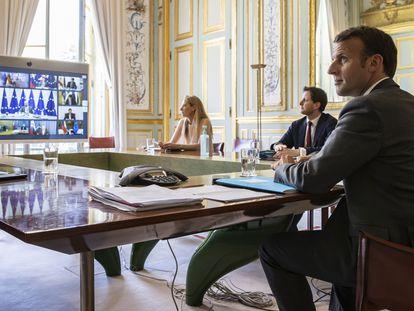 El presidente francés, Emmanuel Macron, asiste a una vídeollamada con miembros desde el Palacio del Eliseo en París este jueves.