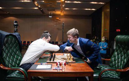 Los rusos Niepómniachi y Alexeyenko se saludan al inicio de su partida