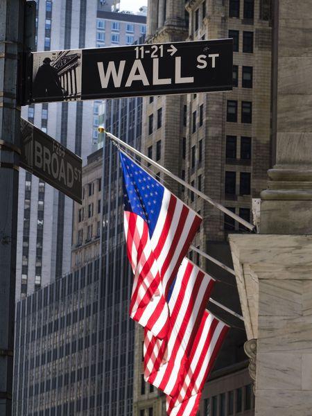 Banderas de EE UU en la sede de la Bolsa de Nueva York.