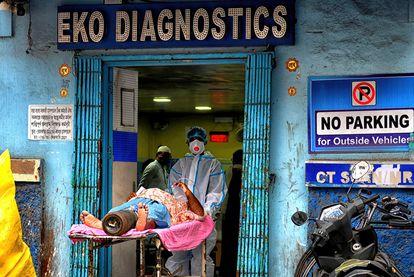 Un paciente con coronavirus es trasladado en un hospital de Calcuta, en Bengala Occidental.