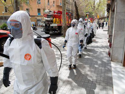 Militares de la UME se dirigen a desinfectar la residencia geriátrica Marvi Park Mallorca el 27 de marzo de 2020.