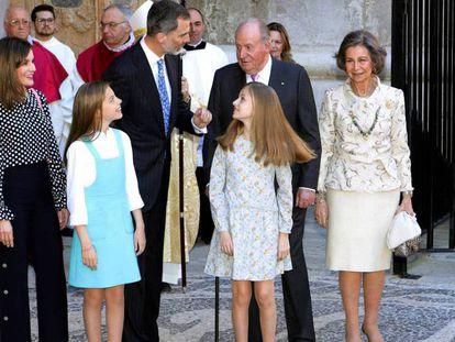 Imagen de los reyes Felipe y Letizia, sus hijas, y los reyes don Juan Carlos y doña Sofía, en la misa pascual de Palma, el pasado domingo.
