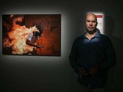 Ronaldo Schemidt ganador del WPP 2018 junto a la fotografia premiada, expuesta en el Centre de Cultura Contemporània de Barcelona (CCCB), el 27 de Abril de 2018.