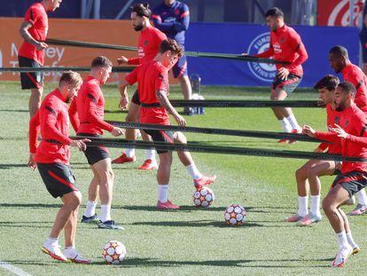 MAJADAHONDA, 27/09/2021.- Los jugadores del Atlético de Madrid durante el entrenamiento que han llevado a cabo este lunes en la Ciudad Deportiva Wanda de Majadahonda. EFE/ Juan Carlos Hidalgo