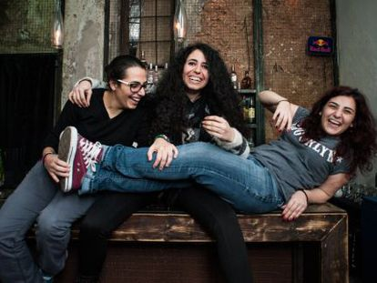 Rhea, Stephanie y Mariela (De izq. a dch.) en su bar Rumors de Beirut, concurrido por las lesbianas de Beirut.