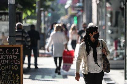 Varias personas caminan por una zona de ventas informales en Buenos Aires, el pasado 23 de marzo.