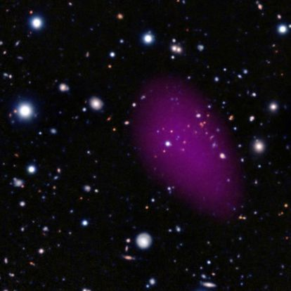 Imagen del cúmulo galáctico CL-JI449+0856 obtenida sumando las observaciones de los telescopios <i>XXM-Newton</i> (en el espacio), VLT y Subaru.