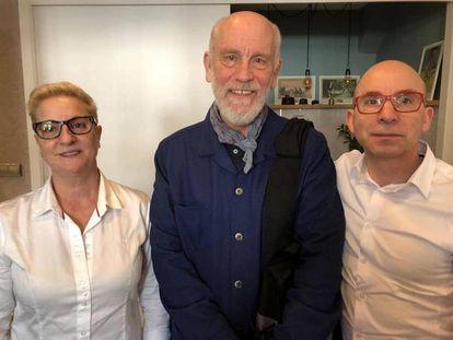 John Malkovich posa con el personal de Casa Salvador, el restaurante que ya ha visitado más de una vez en A Baña (A Coruña)