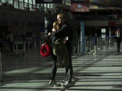 Una pareja se abraza en el aeropuerto internacional de Ezeiza, en Buenos Aires, el 23 de marzo pasado.