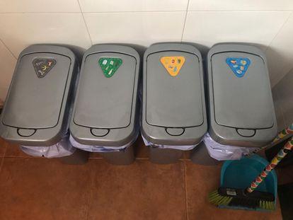 Cubos de reciclaje en la cocina de Eva Núñez.