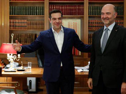 El primer ministro griego, Alexis Tsipras (izquierda), da la bienvenida al comisario europeo Pierre Moscovici en Atenas.