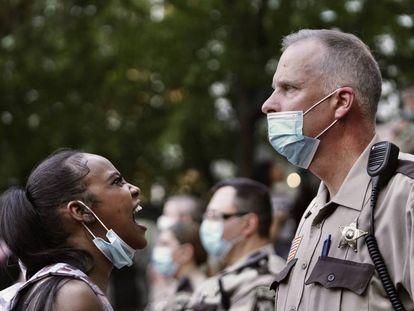 Una mujer increpa a un oficial de policía durante las protestas en Minneapolis, este jueves.