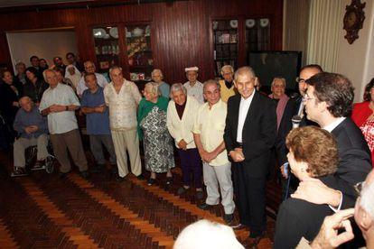 Feijóo (derecha), con los socios de la Peña Galega de la Casa de España en Río (Brasil).