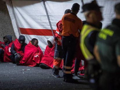 Un grupo de migrantes en el puerto de Arguineguin (Gran Canaria) tras ser rescatado el pasado día 30.