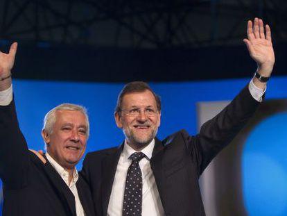 Javier Arenas y Mariano Rajoy saludan al auditorio en la clausura del 17º congreso del PP.