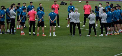 The Athletic players listen to Marcelino's orders.  / ALEJANDRO RUESGA