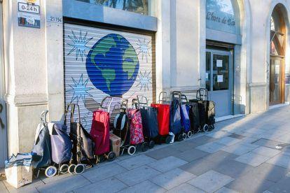 Varios carros puestos en fila para recoger lotes de comida en la ONG L´Hora de Déu del barrio del Raval de Barcelona, el pasado enero.