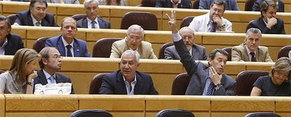 De Cospedal, Arenas y Luis Bárcenas, en una de las votaciones del pleno extraordinario de la Cámara Alta celebrado hoy.