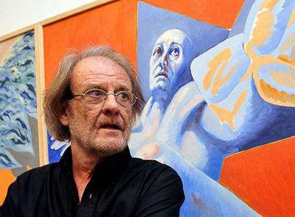 Aute en La Habana junto a uno de sus cuadros