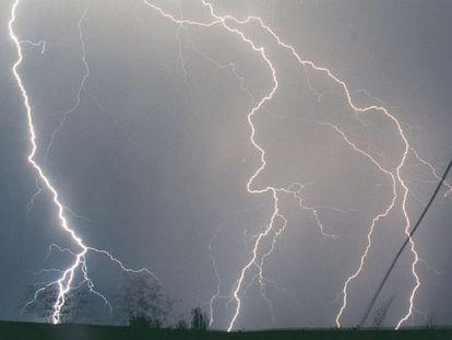 Fotografía de archivo de una tormenta eléctrica sobre Madrid.