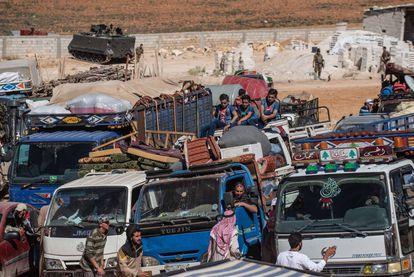 Refugiados sirios se identifican ante las fuerzas de seguridad libanesas  durante un retorno organizado este verano desde la localidad de Arsal y fronteriza con Siria