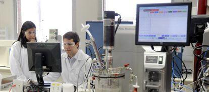 Trabajadores de un laboratorio de biocombustibles en Paulinia (Brasil).