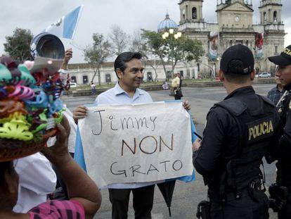 Un hombre protesta el martes en Guatemala contra la prohibición de entrada del presidente de la Cicig en el país.