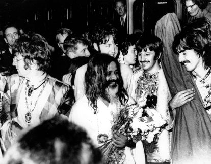 Los Beatles reciben en Gales al gurú indio Maharishi Manesh Yogi, con millones de seguidores en todo el mundo.