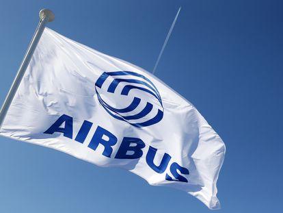 Una bandera con el logo de Airbus.