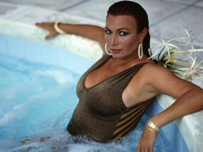Rocío Jurado, posando en una piscina, en 1997.