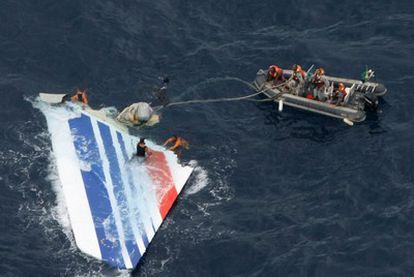 Marineros brasileños encuentran una pieza del avión siniestrado de Air France en junio de 2009.