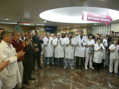 Imagen del personal del Hospital Virgen de la Arrixaca de Murcia, donde falleció una doctora agredida en un centro de salud.