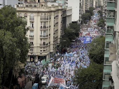 Los gremios docentes marcharon desde el Congreso Nacional hasta el ministerio de Educación, en Buenos Aires.