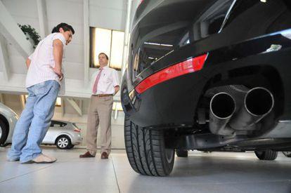 Un hombre se interesa por un coche en un concesionario de Seat.