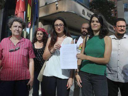 Miembros de Podemos e Izquierda Unida presentan este lunes una denuncia ante la Fiscalía por las 'listas negras' LGTB que solicitaba Vox. En vídeo: declaraciones de los denunciantes.
