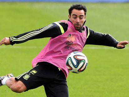 Xavi golpea el balón durante un entrenamiento con España