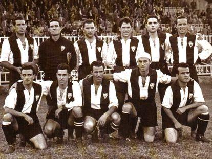 Una alineación del Alcoyano en 1947 en un partido de Copa contra el Valencia en Mestalla.