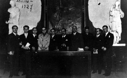 Rafael Alberti, Federico García Lorca, J. Chabás, M. Bacarisse, José María Martínez, M. Blasco Garzón, Jorge Guillén, José Bergamín, Dámaso Alonso y Gerardo Diego, en el Ateneo de Sevilla en 1927.