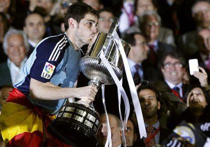 Casillas besa la copa justo antes del alzarla ayer en Mestalla tras conseguir el Real Madrid su primera Copa del Rey en 18 años.