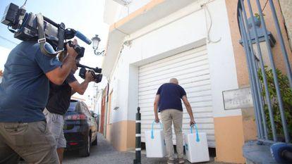 Un inspector se lleva muestras de carne de la fábrica Sabores de Paterna, en Paterna de Rivera (Cádiz).
