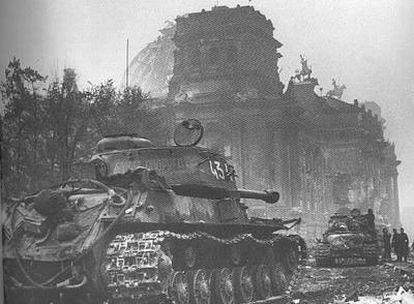 Imagen del documental <i>El color de la guerra</i>, en la que se ven tanques soviéticos durante la batalla de Berlín.